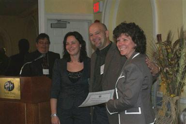 """Larry Peach accepte le prix de """"Yarmouth & Acadian Shores"""" pour RVB à la AGA du DSWNA en 2011"""