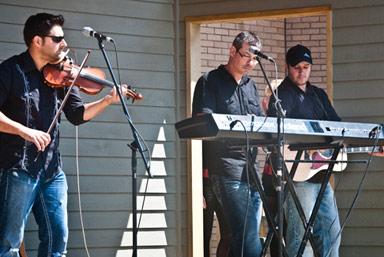 Le groupe Bastringue joue sur la scène extérieure